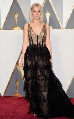 Jennifer Lawrence de Oscars 2016 : les stars les mieux habillées  La star est sublime dans cette robe noire en dentelle.