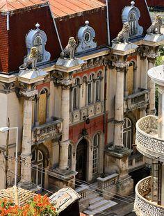 Casa cu Lei, Constanta. O cladire deosebita, ridicata in stil genovez intre 1895-1898, numele provenind de la cei patru lei sculptati ce strajuiesc coloanele de sustinere a cladirii.