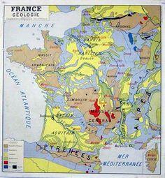 Les cartes de France accrochées sur les mur de la classe
