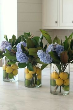 lemons floating in the water, in a round vase, flower arrangement ideas, blue flowers in three vases Floral arrangements diy ▷ 1001 + ideas for flower arrangements to decorate your home this spring Beautiful Flower Arrangements, Beautiful Flowers, Modern Floral Arrangements, Round Vase, Vase Arrangements, Garden Types, New Shape, Flower Vases, Hydrangea Flower