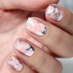 Tenía que compartir  ... Me encanta el efecto marmol en las uñas  #Nails…