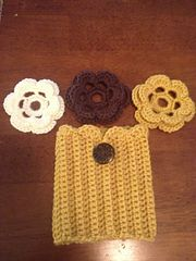 Crochet boot cuffs with scalloped top edge. Crochet flowers fit over buttons attached to cuffs. Boot cuffs can be worn with or without flowers. Crochet Boots, Crochet Gloves, Crochet Slippers, Knit Or Crochet, Crochet Crafts, Crochet Projects, Free Crochet, Crochet Boot Cuff Pattern, Crochet Patterns