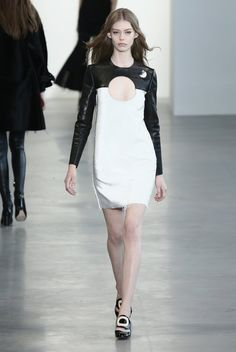 Pin for Later: Seht alle Trends der New York Fashion Week in weniger als fünf Minuten! Calvin Klein Collection Francisco Costa zeigte eine Kollektion im Stil der 60er Jahre mit Tunik-Kleidern und allerlei luxuriösen Materialien wie Leder und Pelz.
