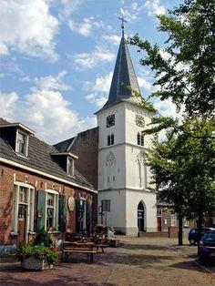 De karakteristieke witte toren van de hervormde kerk in hartje Holten