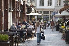Welkom bij Den Bosch in Vogue, waarin ik 's Hertogenbosch in beeld breng als shoppingstad. In 2011 was de hoofdstad van Noord-Brabant al uitgeroepen tot meest gastvrije stad van Nederland, dus aan …