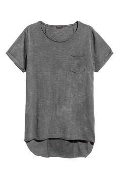 Long T-shirt in hard-washed cotton slub jersey with rolled raw edges. Short sleeves with sewn cuffs. Boys T Shirts, Cool Shirts, T Shirts For Women, Summer Outfits Men, Cool Outfits, Camisa Tie Dye, T Shirt Long, T Shorts, Fashion Sites