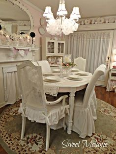 Love the way to table is painted two toned.  I also love the way they did the chairs.  I have to do this!!