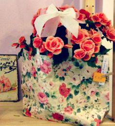begonia in shopper di carta a fiori