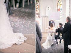 Kirchliche Trauung, schwarzer Anzug, schwarze Fliege, Brautkleid, Blumenkranz, Braut, Bräutigam, Foto: Violeta Pelivan