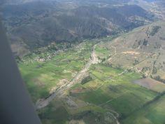 Vista aérea del pueblito Llacanora, cerca de Cajamarca.