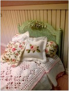 Un cabecero precioso: cartón, cañamazo y rosas de tela comerciales, mano de pintura y ... !