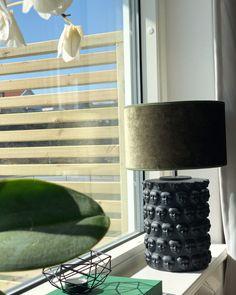 Här ser vi lampfoten Faces ta plats hemma i fönstret hos vår kollega Kajsa!  Lampfoten har vi i två olika storlekar och här ser vi den i sin minsta storlek. Eller hur är den snygg?😍 Table Lamp, Lighting, Face, Home Decor, Decoration Home, Light Fixtures, Room Decor, Table Lamps, Lights