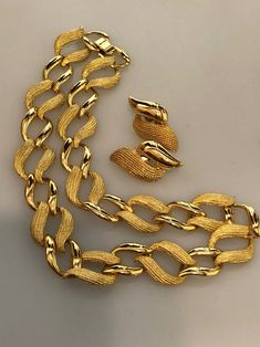 Vintage NAPIER SET Choker Necklace Clip On Earrings Smooth & Textured Gold Plated Metal Napier Jewelry Set Designer Jewelry Vintage Jewelry Screw Back Earrings, Clip On Earrings, Jewelry Sets, Jewelry Bracelets, Napier Jewelry, Copper Bracelet, Gold Texture, Vintage Jewellery, Red Gold