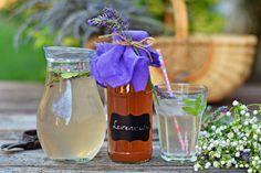 Mentás, citromos levendulaszörp, bögrésen - a legfinomabb! | Rupáner-konyha Jar Gifts, Kitchen Hacks, Wine Glass, Homemade, Table Decorations, Canning, Tableware, Mint, Gift Jars