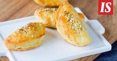 Tarun ohjeella voi tehdä myös suuremman peltipiirakan. Hot Dog Buns, Baked Potato, Potatoes, Baking, Ethnic Recipes, Potato, Bakken, Backen, Baked Potatoes