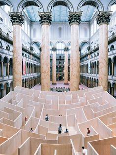 Le hall d'entrée du Washington National Building Museum vient de se transformer en labyrinthe géant : le Big Maze.