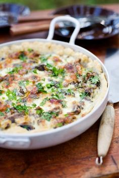 Täyteläinen suppilovahveropiirakka on klassinen ja helppo sienipiirakka. Pieni määrä pekonia tekee suppilovahverotäytteestä mehevän.