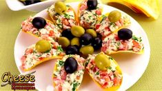 CHEESE SNACK CHIPS What you need: 100 grams of cheese 300 grams of tomatoes Greens-to taste 2 garlic cloves Delicious mayonnaise Potato chips (wide) Olives and Quick Recipes, Cooking Recipes, Healthy Recipes, Salad Recipes, Tapas, Cheese Snacks, Good Food, Yummy Food, Russian Recipes