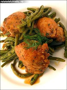 Chicken thighs with green beans & tomato sauce Romanian Food, Romanian Recipes, Green Beans And Tomatoes, Chicken Thighs, Tomato Sauce, Turkey, Meat, Green, Fine Dining
