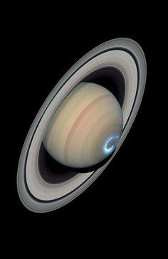 En esta imagen de la NASA podemos ver la presencia de auroras boreales en uno de los polos del planeta Saturno
