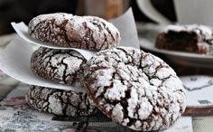 Sizlere çok beğeneceğiniz bir kurabiye tarifimiz var.Fındık Kremalı Kurabiye...Un kurabiyesi kadar lezzetli ve çikolatalı.Sevdiklerinize çikolatalı bir sürpriz hazırlamak istiyorsanız denemenizi tavsiye ederiz. Fındık Kremalı Kurabiye Malzemeleri: 1 paket margarin veya tereyağı Yarım su bardağı sıvı yağ 2 yemek kaşığı pudra şekeri 2-3 yemek kaşığı dolusu kakaolu fındık kreması 1 paket kabartma tozu Aldığı kadar un Üzerine: Pudra şekeri Fındık Kremalı Kurabiye Yapılışı: Fırınınızı 180 C'ye...