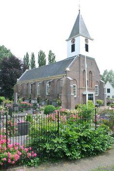 Petruskerk aan de Spaarndammerdijk. Als je de kerk nadert, dan komt de rozengeur je tegemoet. Waar vind je dat nog. Heel bijzonder.