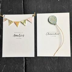 Bursdagsinvitasjon med håndlagde vimpler eller håndlaget ballong og trykt tekst på forside og bakside.