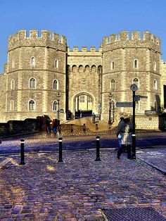 Windsor Castle – Dating all the way back to 1070, Windsor Castle is a magnificent sight to behold. Not only is Windsor Castle one of the Queen's official residences, but at over thirteen acres in size, it is also the world's largest occupied castle.