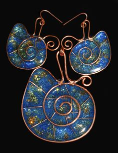 "Pendant and earrings set ""Deep blue sea"". Copper wire and epoxy resin with ""glow in the dark"" pigments and glitter."