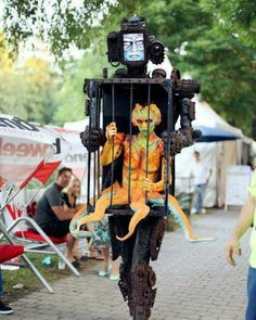 15 Fun Halloween Costumes That Use Fake Legs to Create An Illusion - halloween, costumes, cosplay, funny, illusions - Oddee Crazy Costumes, Cool Costumes, Costume Ideas, Amazing Costumes, Unique Costumes, Creative Costumes, Costume Contest, Larp, Meer Illustration