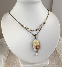 Collar gargantilla estilo shabby chic Medida de la cadena incluído el cierre: 41cm Extensión de 3cm Camafeo de 27x20mm (tamaño exterior) Las rosas