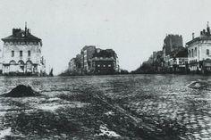 Voici la place d'Italie avant son achèvement, vers 1865. On y voit encore, à gauche et à droite, les deux pavillons Ledoux de l'enceinte des Fermiers Généraux, dans lesquels on avait aménagé la mairie du 13ème arrondissement de 1860 à 1873, année de leur destruction. Une photo de Charles Marville  (Paris 13ème)