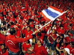"""Eine Gruppevon 100 Red Shirts hat am Dienstageine Petitionandie Regierung eingereicht betreffend einer Amnestie für alleGefangenendie eine Haftstrafe verbüssen wegenBeleidigung des Königshauses nach Artikel 112des Strafgesetzbuches.  """"Die Reg"""
