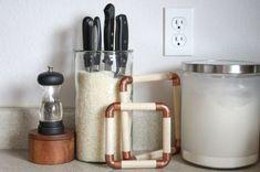 Unusual uses for rice Makeshift knife rack Kitchen Supplies, Kitchen Hacks, Diy Kitchen, Kitchen Storage, Interior Design Living Room, Living Room Designs, Grands Pots, Diy Knife, Knife Storage