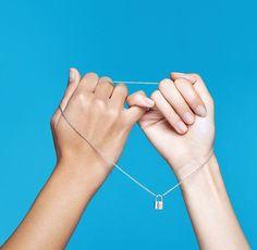 Nesta quinta-feira a @louisvuitton celebra um ano de parceria com a @unicef. Desde então já foram arrecadados mais de 25 milhões de dólares em doações diretas à organização que ajuda crianças sírias em situações de risco. Para participar você pode comprar a pulseira ou o bracelete que contam com este pingente de cadeado da foto doar qualquer quantia pelo site ou espalhar a mensagem da campanha com um post em suas redes sociais. #MakeAPromise  via ELLE BRASIL MAGAZINE OFFICIAL INSTAGRAM…