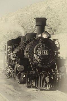 Antigua locomotora a vapor http://fineartamerica.com/featured/old-steam-locomotive-george-oze.html