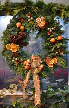 Christmas door wreath with dried oranges and fir cones Christmas Door, Country Christmas, Winter Christmas, Christmas Holidays, Christmas Crafts, Christmas Ornaments, Christmas Wreaths For Front Door, Christmas Jesus, Christmas Flowers