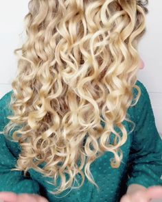 Struggling with Your Waves? Take Tips from These Amazing Wavy Wavy Hair Care, Curly Hair Tips, Long Curly Hair, Curly Hair Styles, Thin Wavy Hair, Natural Hair Types, Natural Wavy Hair, Curly Hair Routine, Curly Girl Method
