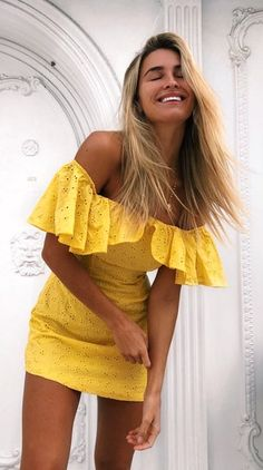 grunge look inspiratiom / boots + rips + top + black denim jacket Grunge Look, Cozy Winter Outfits, Spring Outfits, Yellow Sundress, Yellow Dress Summer, Eyelet Dress, Casual Dresses, Summer Dresses, Sun Dresses