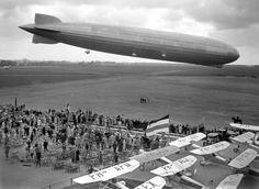 De Graaf Zeppelin boven vliegveld Waalhaven