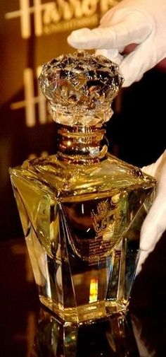The Ten Most Expensive Perfumes in the World (clive christian perfume imperial majesty edition on display at harrods department store) Liquor Bottles, Perfume Bottles, Clive Christian Perfume, Perfumes Vintage, Expensive Perfume, Perfume Diesel, Baccarat Crystal, Beautiful Perfume, Vintage Perfume Bottles