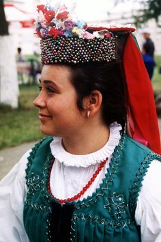 Hungarian girl from Transylvania, Magyarlapád Embroidery Online, Learn Embroidery, Embroidery Stitches, Embroidery Patterns, Folk Costume, Costumes, Hungarian Girls, Hungarian Embroidery, Folk Dance
