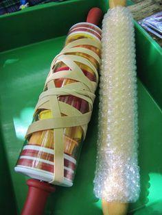 .....pour imprimer    Divers matériaux de récupération servent à fabriquer rouleaux et tampons.