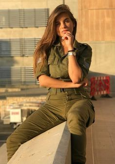 Women Israel Defense ❤ Forces beautiful women have dedicated their lives to ❤ being of service for their countries. ARMY ❤ women with uniform. Idf Women, Military Women, Israeli Female Soldiers, Mädchen In Uniform, Israeli Girls, Brave Women, Military Girl, Girls Uniforms, Strong Girls
