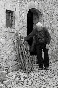 l'inverno si avvicina    ~ winter is approaching. he is getting his wood ready