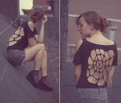 DIY Skull cut-out Tops (Source : http://poupeesdechiffons.over-blog.fr/article-skull-cut-out-tee-82457421.html)