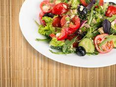 SALADA PRIMAVERA           Ingredientes (02 porções): • ½ maço de rúcula • 1 xícara de agrião • 3 colheres de sopa de frango desfiado • 1 ovo • ½ cenoura ralada • 2 folhas de alface americana ou couve • 2 tiras de pimentão amarelo • ½ punhado amêndoas • 1 colher de sopa de azeite de oliva • 1 colher de sopa de suco de limão • 5 tomares cereja