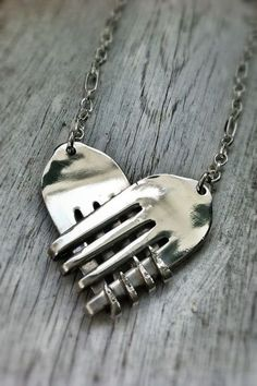 Surprising and sweet spoon art with which you can fill – bored kiss … - Jewelery Jewelry Crafts, Handmade Jewelry, Recycled Jewelry, Recycled Metal Art, Hand Stamped Jewelry, Recycled Crafts, Fork Jewelry, Silver Jewelry, Diamond Jewelry