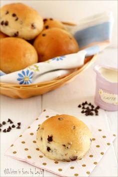 Panini morbidi con gocce di cioccolato: i Pangoccioli   #brioche #pangoccioli #cioccolato #panini #dolci #colazione #homemade #fattoincasa #chocolate