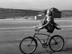 This is a photo taken by Annie Leibovitz of Cate Blanchett. I just really love this picture because it reminds me of my childhood when I used to ride my bike like Cate is in the photo. Cate Blanchett, Annie Leibovitz Portraits, Annie Leibovitz Photography, Henri Cartier Bresson, Street Photography, Fashion Photography, Photography Portraits, Photography Magazine, Girl Photography